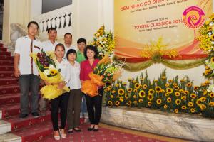 Điện hoa Việt Pháp quy tụ những con người tâm huyết, say mê với nghề cắm hoa nghệ thuật.