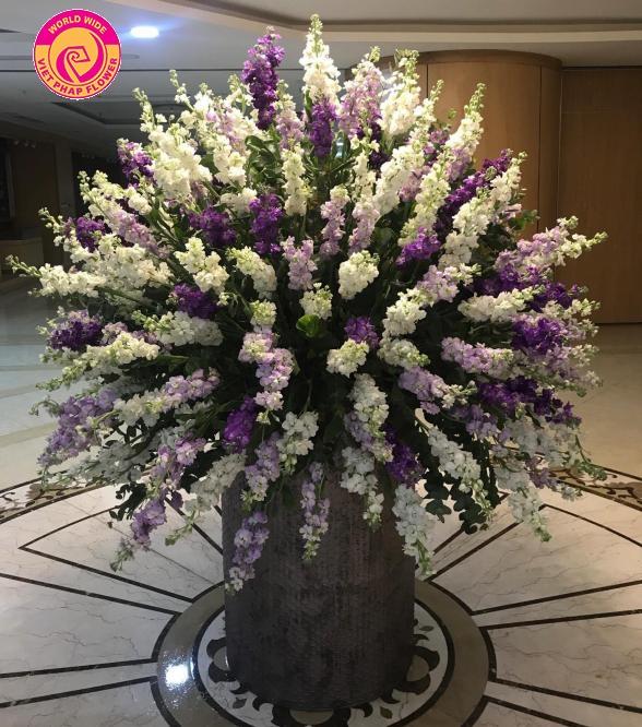 Phi Yến Trùng Phùng được kết từ 1000 cành hoa phi yến đặt trên chiếc bình hoa đặc biệt.
