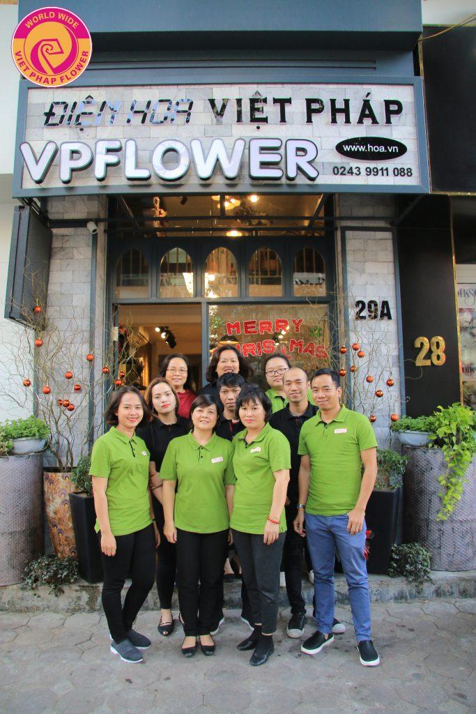 Nhân viên của Điện hoa Việt Pháp được đào tạo sâu về chuyên môn