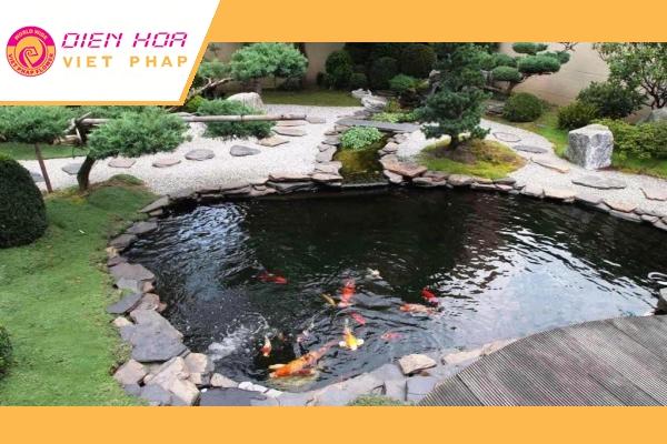 Hồ bơi, ao cá, đài phun nước hay hòn non bộ rất phù hợp cho sân vườn phía trước