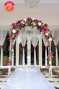 Thiết kế cổng hoa mềm mại và độc đáo để lưu lại những hình ảnh đẹp nhất.