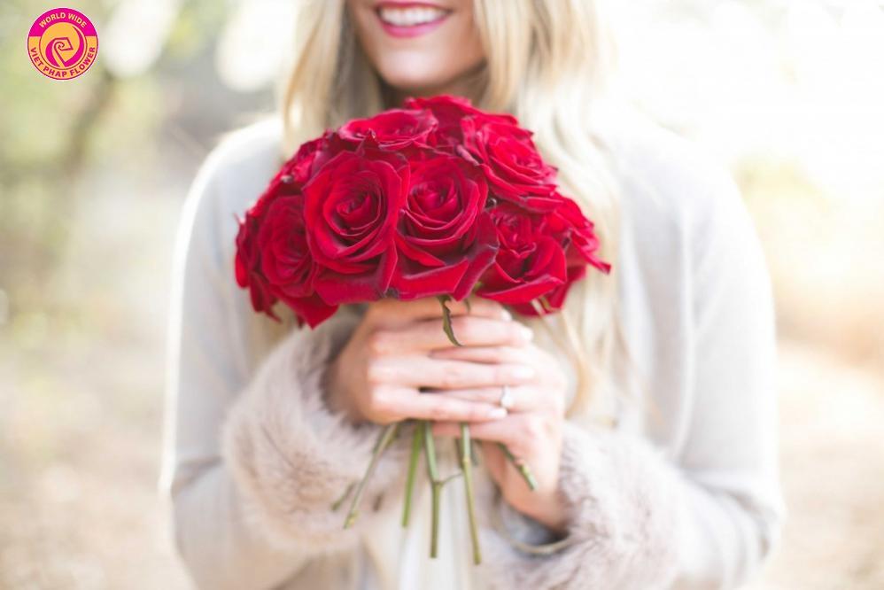 Các cô gái đều rất thích thú với món quà sinh nhật là một bó hoa tươi