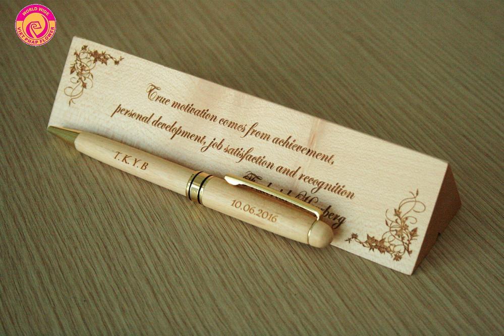 Bút gỗ khắc tên riêng là món quà rất được yêu thích