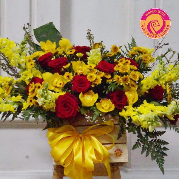 Gam màu vàng chủ đạo nhấn thêm hoa hồng nhung