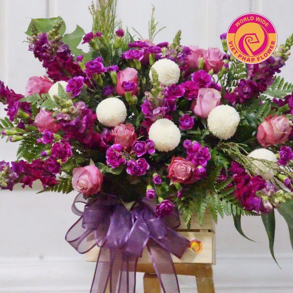 Lẵng hoa tím pha trắng tạo nên một tổng thể rất tinh tế, nhẹ nhàng