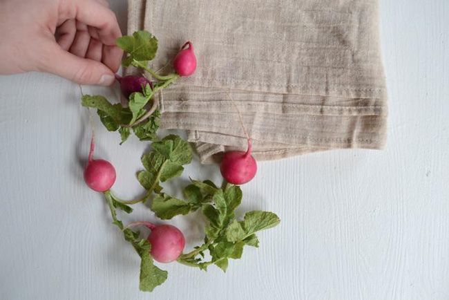 Thêm củ cải bằng cách nhét rau xanh vào bình hoặc đặt nhẹ vào giữa hạt đậu ngọt và cây mao lương.