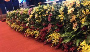 Hoa tươi trang trí sân khấu mang lại không gian tuyệt đẹp